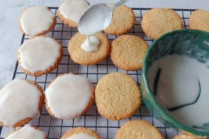 Spoon the glaze on the cookie